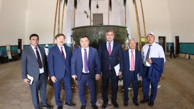 """KAZAKİSTAN'DA """"TÜRKİSTAN, TÜRK DÜNYASI'NIN MANEVİ BAŞKENTİ"""" KONFERANSI DÜZENLENDİ"""