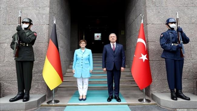 Millî Savunma Bakanı Akar, Almanya Savunma Bakanı Annegret Kramp-Karrenbauer ile Bir Araya Geldi