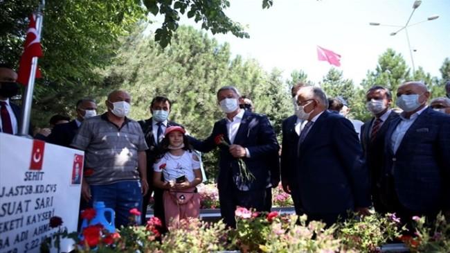 Millî Savunma Bakanı Akar, Kayseri'de Şehitlikleri Ziyaret Etti