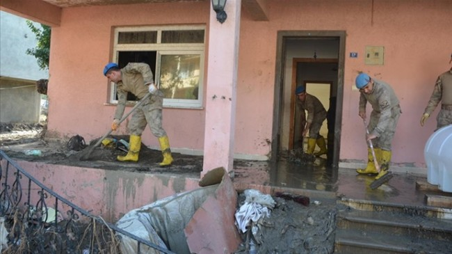 Sel Yaşanan Kastamonu'da Vatandaşlarımız Evlerini Temizleyen Jandarma'ya Minnettar