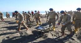Sel Bölgesinde Jandarma Sahile Vuran Atıkları Temizledi