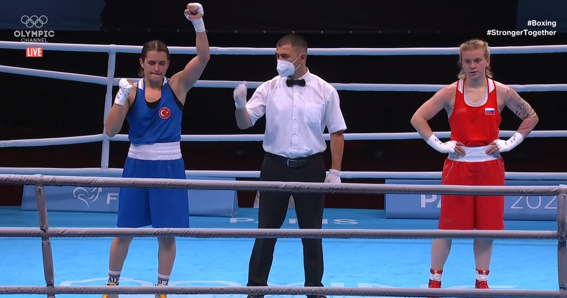 Bir 2 kişi, iç mekan ve şunu diyen bir yazı 'OLYMPIC LIVE #Boxing #StrongerTogether ogether S 202' görseli olabilir