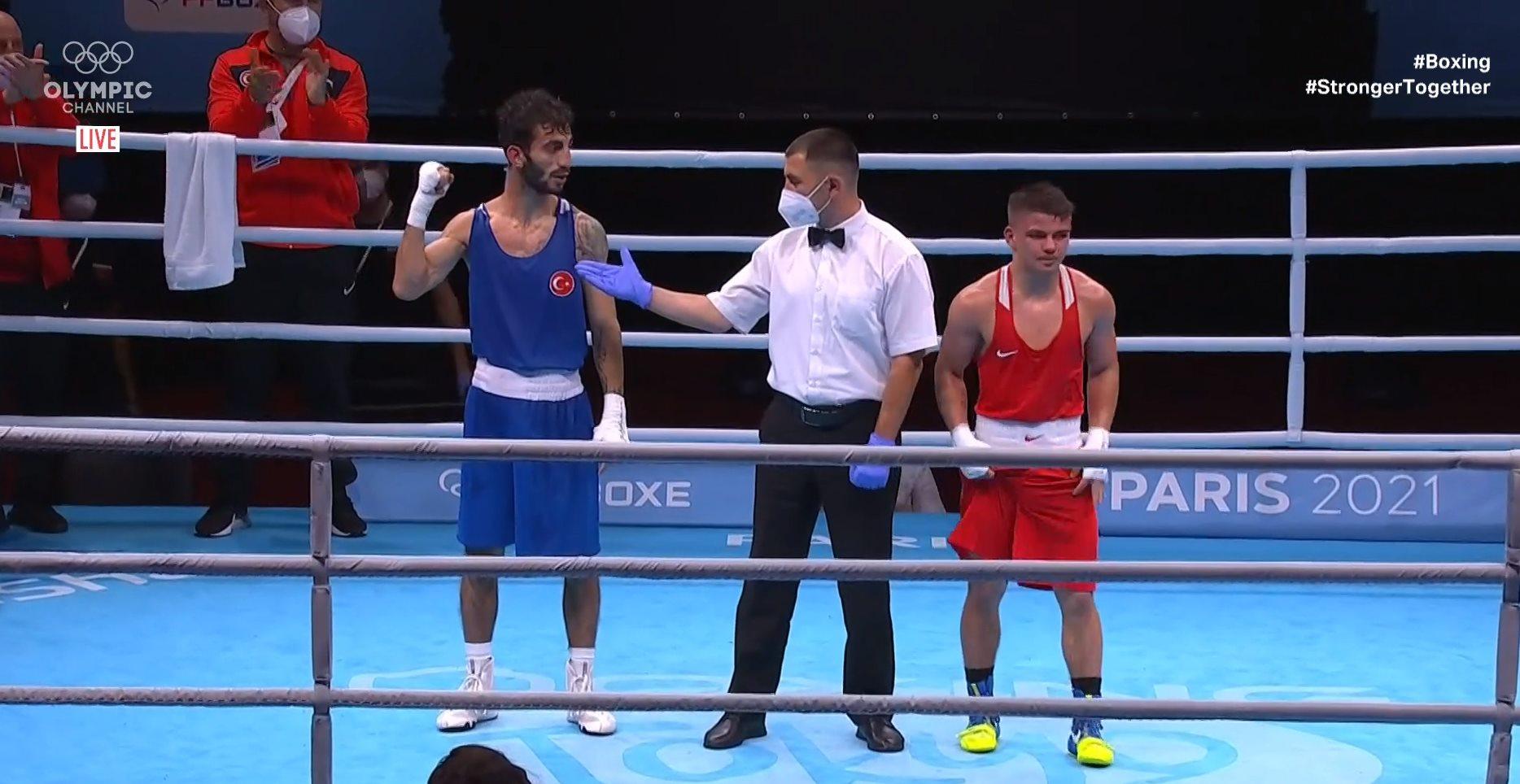 Bir 2 kişi, iç mekan ve şunu diyen bir yazı 'OLYMPIC LIVE #Boxing #StrongerTogether OXE PARIS 2021' görseli olabilir