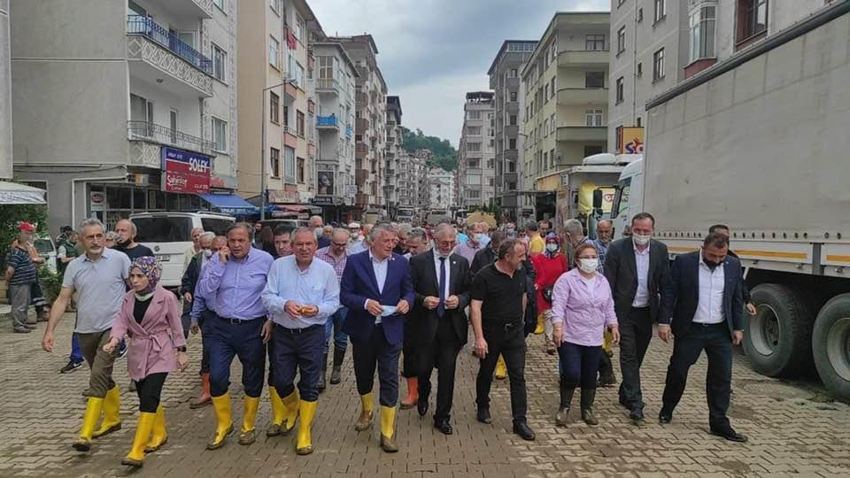 Bir 6 kişi, ayakta duran insanlar, ayakkabı ve açık hava görseli olabilir