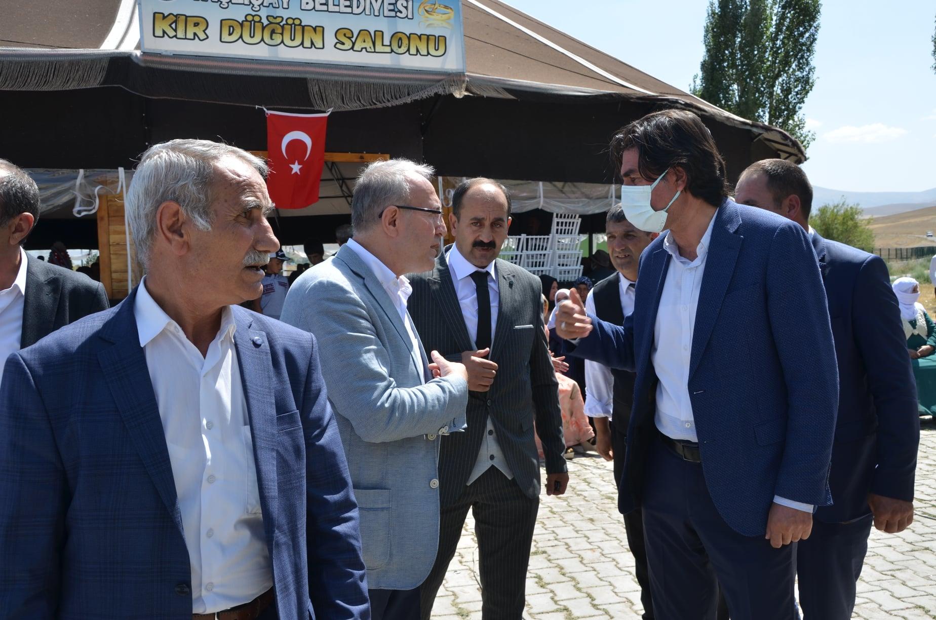 Bir Mehmetnuri Samancı dahil 5 kişi, ayakta duran insanlar ve açık hava görseli olabilir