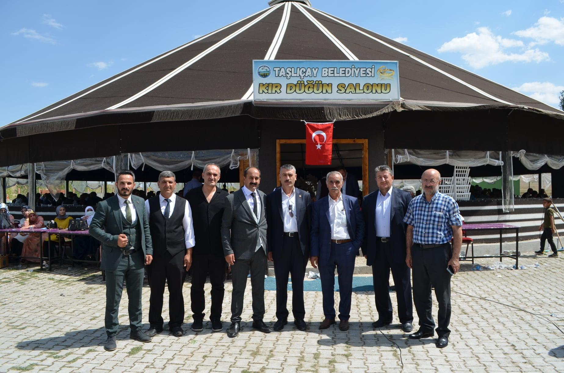Bir Mehmetnuri Samancı ve Orhan Yazıcı dahil 8 kişi ve ayakta duran insanlar görseli olabilir