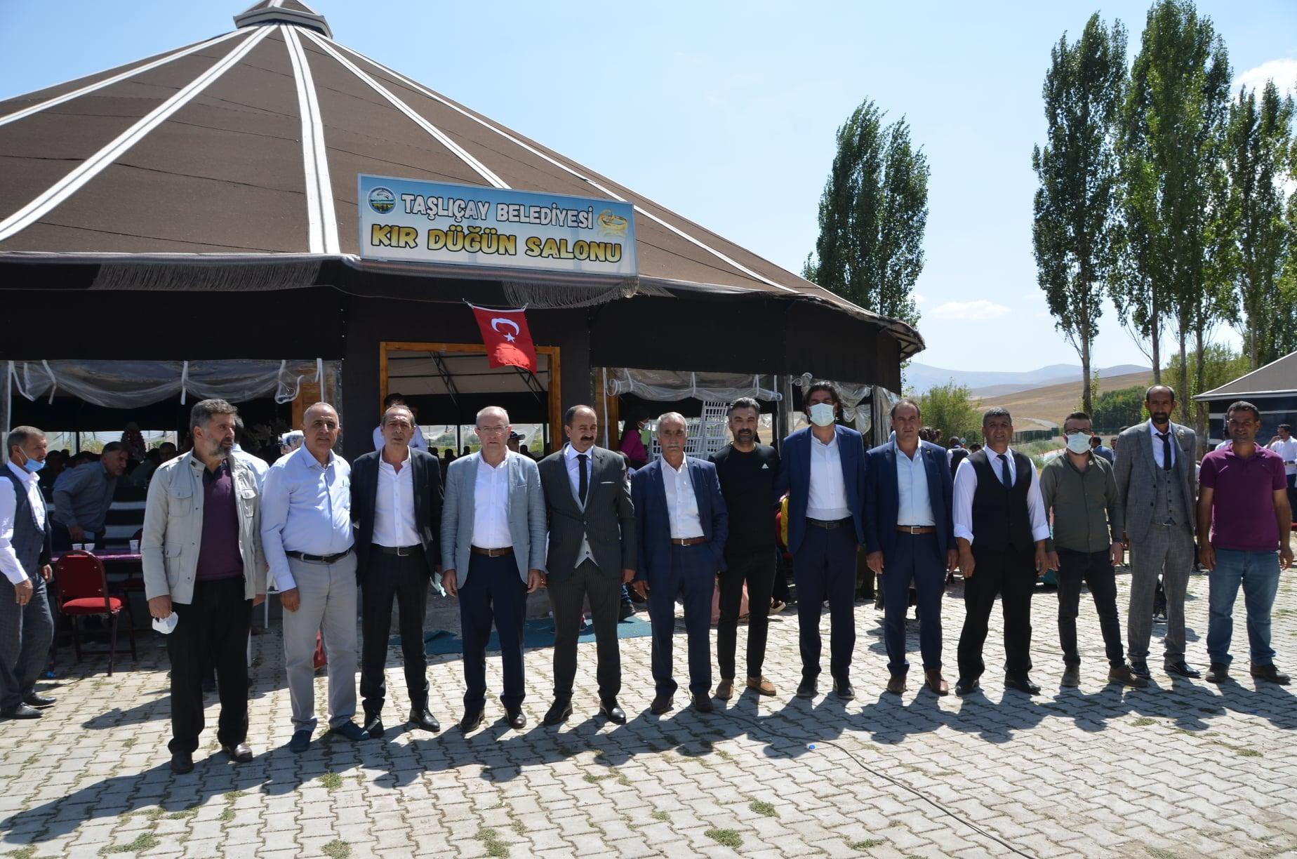 Bir Mehmetnuri Samancı ve Celal Samancı dahil 8 kişi, ayakta duran insanlar, açık hava ve şunu diyen bir yazı 'TAŞLIÇAY BELEDİYESİ 9 KIR KKR DÜĞÜN SALONU 95' görseli olabilir