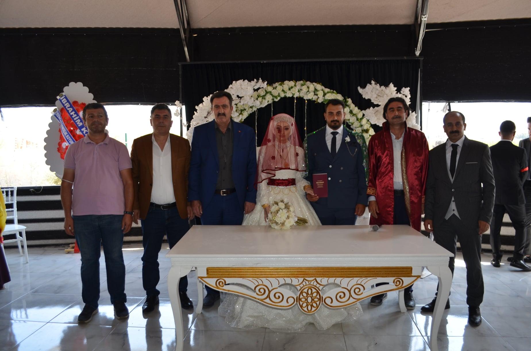 Bir Servet Samancı ve Mehmetnuri Samancı dahil 7 kişi, ayakta duran insanlar ve iç mekan görseli olabilir