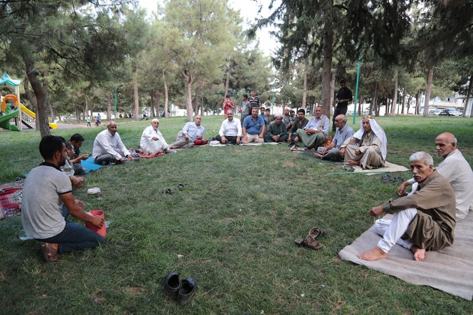 Bir 2 kişi, oturan insanlar, ayakta duran insanlar, açık hava ve ağaç görseli olabilir