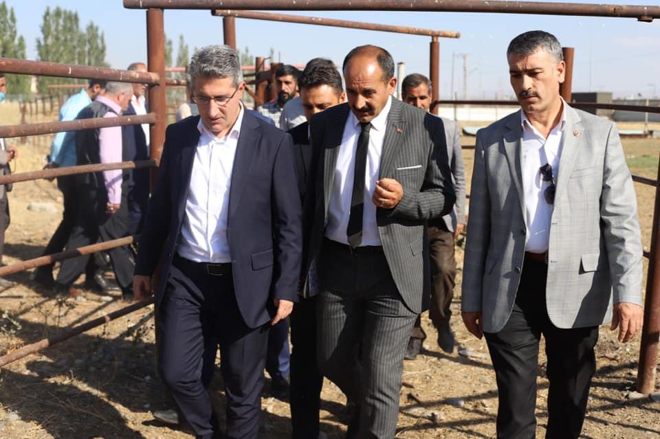 Bir Mehmetnuri Samancı ve Orhan Yazıcı dahil 5 kişi, ayakta duran insanlar, takım elbise ve açık hava görseli olabilir