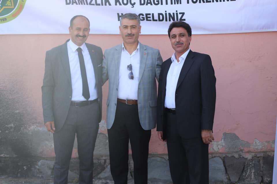 Bir Mehmetnuri Samancı ve Orhan Yazıcı dahil 3 kişi ve ayakta duran insanlar görseli olabilir