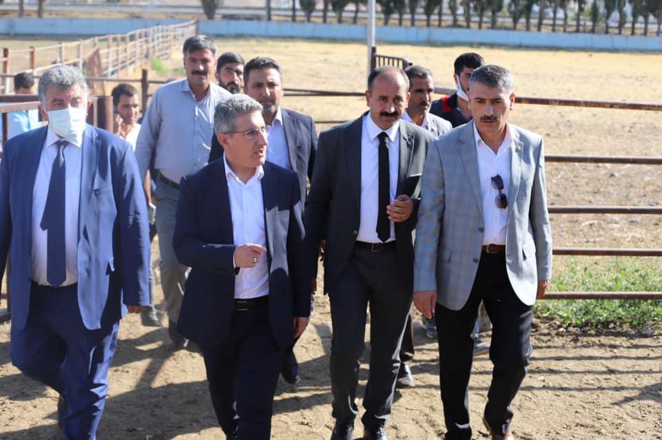 Bir Mehmetnuri Samancı ve Orhan Yazıcı dahil 8 kişi, oturan insanlar, ayakta duran insanlar ve açık hava görseli olabilir